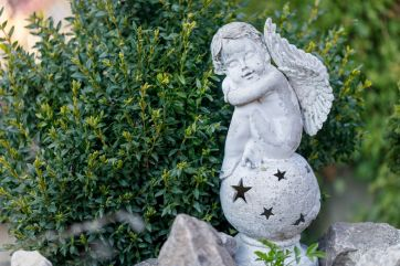 How to choose and use garden decorations